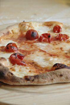 Lo ammetto.La prima volta che l'ho fatto mi sono sentita felicissima! Questo impasto è davvero fantastico e il risultato che si ottiene è una pizza come quella della pizzeria, sottile , con il bordo alto e la cottura del cornicione a leopardo...sopratutto...
