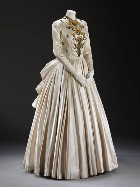 Evening dress (robe de gala) by Jacques Fath. Paris, 1948 spring/summer. Fath designed this dress for Lady Alexandra Howard-Johnston (1907-97) to wear for the official visit of Princess Elizabeth and Prince Philip to Paris in May 1948. Lady Alexandra was the wife of the Naval Attaché to Paris at the end of the 1940s. She required an extensive wardrobe for the many formal dinners and state functions that she had to attend. Collection Victoria&Albert Museum.