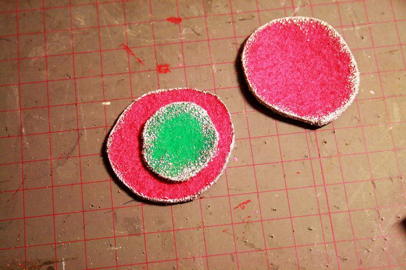 Using embossing powder on the edges of felt circles to create unique embellishments - what a good idea! Tutorial