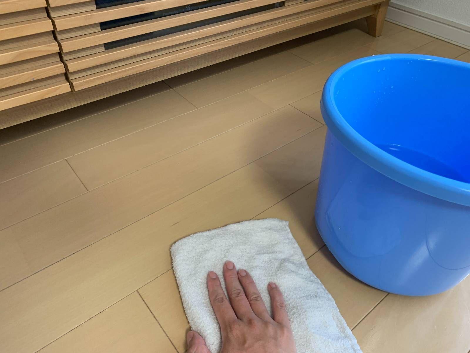 オキシクリーンで壁紙を掃除 フローリングもソファも リビングを丸ごときれいにする方法 壁紙 掃除 掃除 オキシクリーン