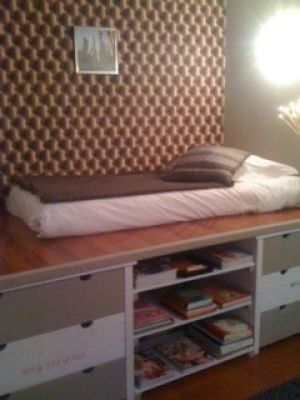 rangement sous lit lit sur plateforme avec parquet espace stockage au fond avec lampe led. Black Bedroom Furniture Sets. Home Design Ideas