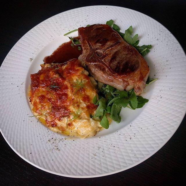 Dagens middag - Recept kommer imorrn! #Fänkålsgratäng med gotländska lammkotletter och rödvinssås. SÅ GOTT! Så firar man att semestern är igång! Vad åt ni för smarrigt? Gratäng fänkål kotletter