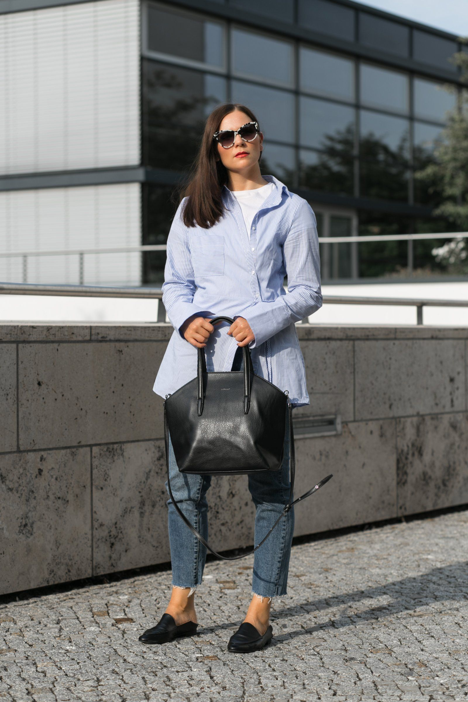 White t-shirt+blau striped shirt+straigt-leg jeans+black flat mules+black  tote bag+sunglasses. Fall Casual Outfit 2017 0be9d8e773