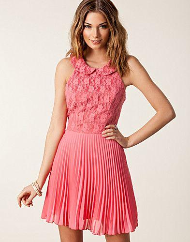 90fda0bedc4c Pleated Lace Collar Dress - Elise Ryan - Korall - Festklänningar - Kläder -  NELLY.COM