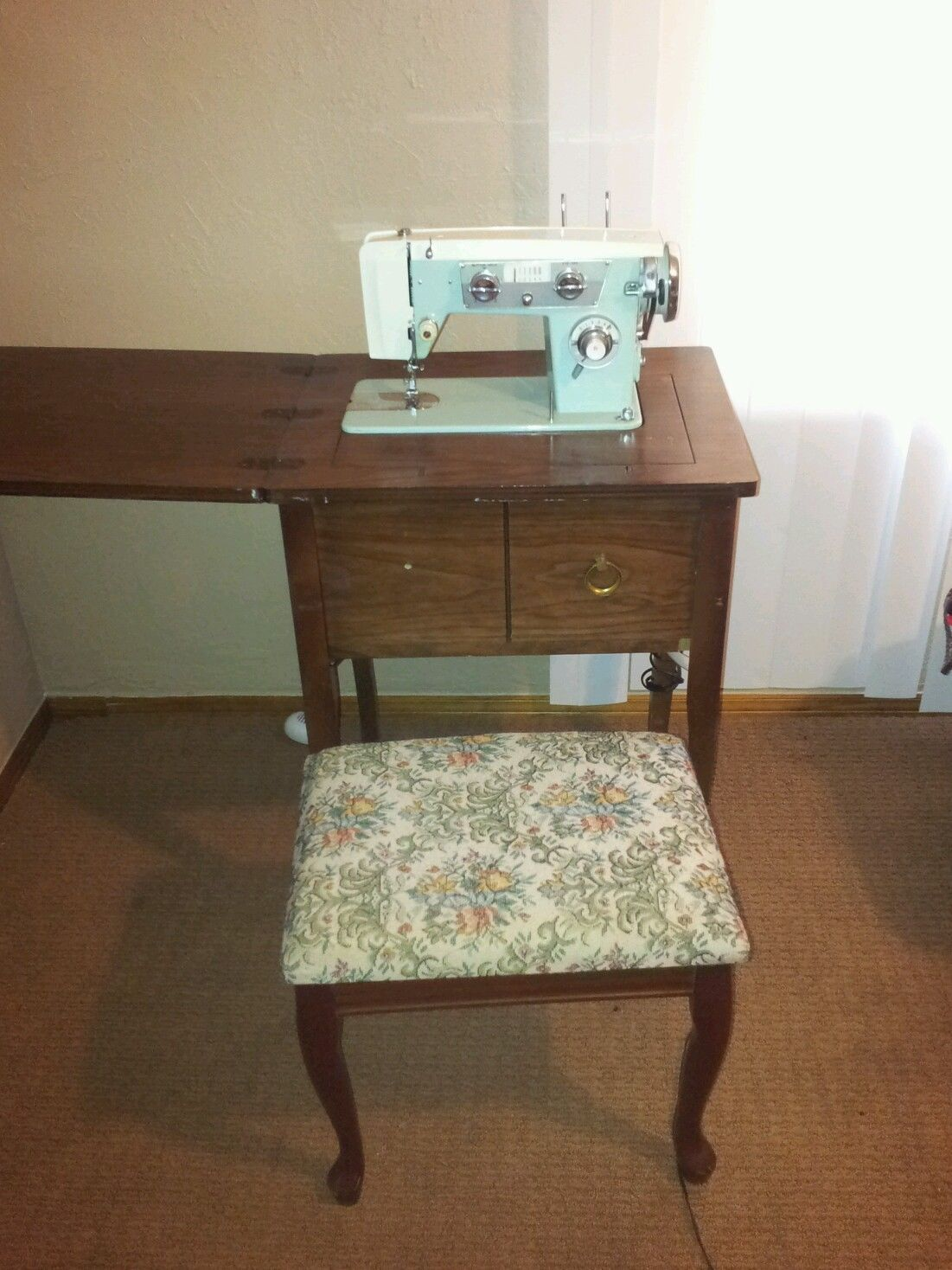 Exceptionnel Zig Zag Sewing Machine In Vintage Wood Table