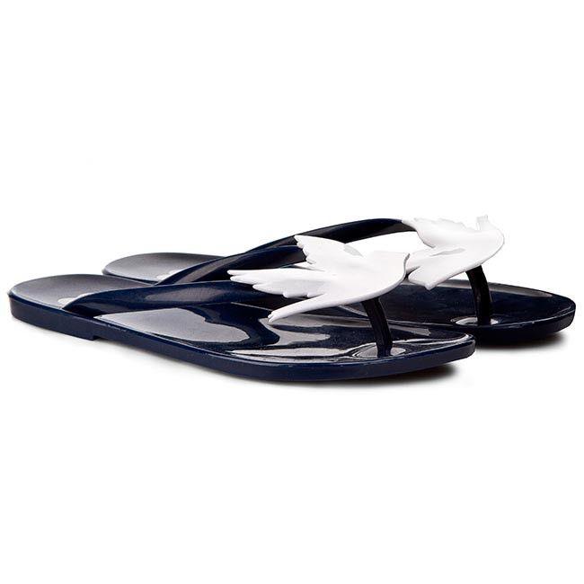 Lubisz oryginalne dodatki i chcesz wyróżniać się z tłumu? Japonki brazylijskiej firmy Melissa przypadną Ci do gustu! Buty w całości wykonano z elastycznego tworzywa Mel-Flex, dzięki czemu dostosowują się do naturalnego kształtu stopy, co więcej pachną, są lekkie i nadają się do recyklingu. Efektowna ozdoba w postaci białego ptaka przyciąga wzrok. Niewielki obcas odpowiednio wspiera sylwetkę, a antypoślizgowy bieżnik odznacza się bardzo dobrą przyczepnością.