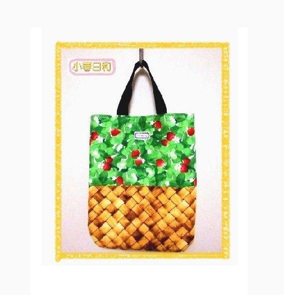 こちらは、いちごカゴ柄の手提げバッグです。色鮮やかないちご柄の生地と、編みカゴ風の生地を組み合わせたオリジナルデザインです。幅広い世代にお使いいただけるデザイ...|ハンドメイド、手作り、手仕事品の通販・販売・購入ならCreema。