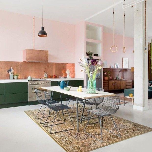 Décor do dia: tijolinhos rosa e armários verdes na cozinha