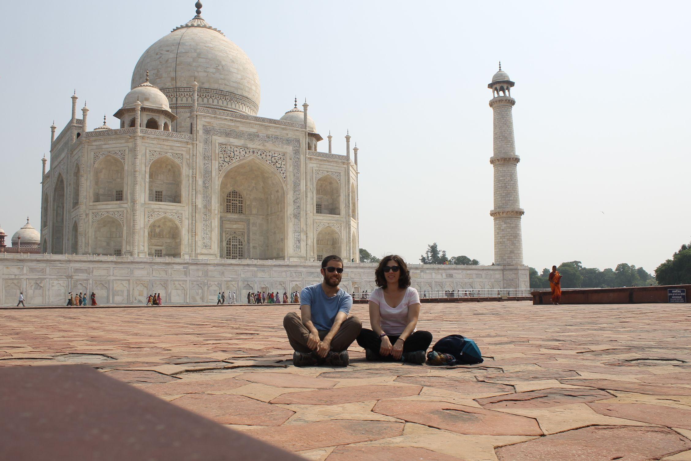 Sentados frente al Taj Mahal
