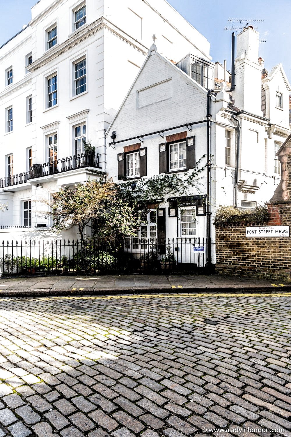 Seeing this beautiful corner in Knightsbridge, London is one of many free things to do in London. This guide to Knightsbridge will show you everything from mews streets to Knightsbridge luxury shops and Harrods. #london #knightsbridge #mews #house