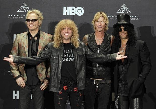 Da esquerda para a direita, Matt Sorum, Steven Adler, Duff McKagan e Slash na madrugada deste domingo (15), em Cleveland (Foto: AP)