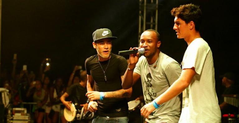 f7701532ca3 Neymar e Gabriel Medina dividem palco com Thiaguinho em show ...