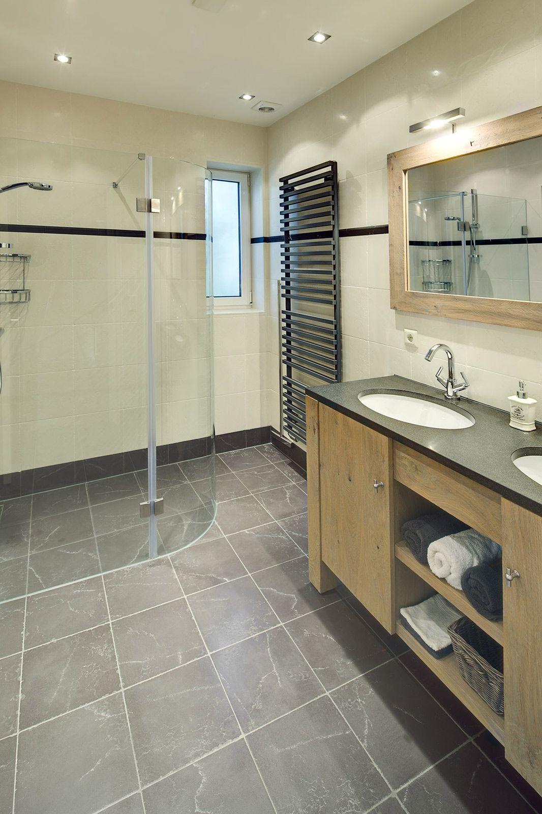 badkamer met natuurstenen tegels voor een landelijke uitstraling