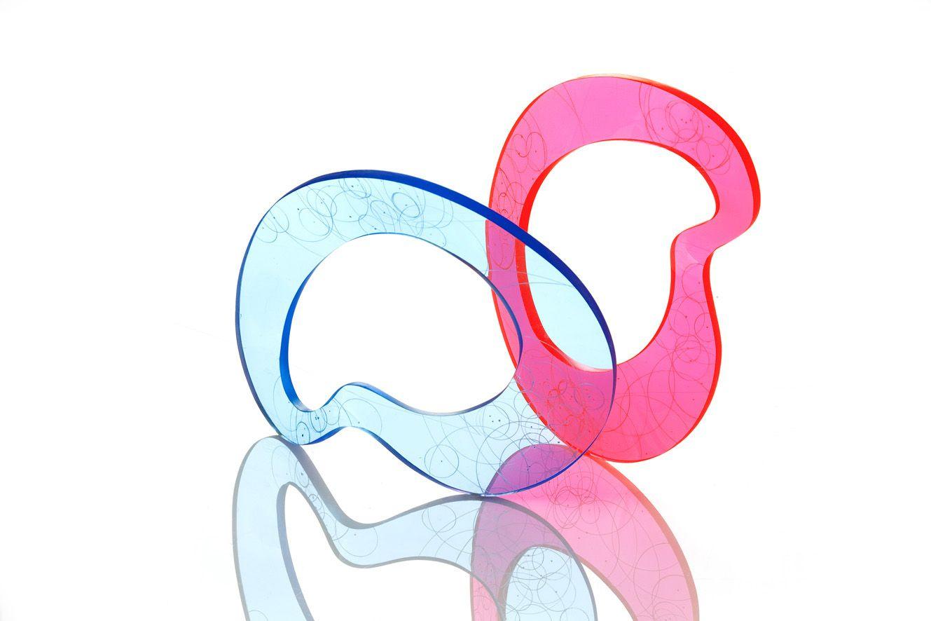 Helle Bjerrum Armringe af plexiglas, der tegner en elegant linie omkring håndleddet. Det graverede cirkelmønster i overfladen skaber dybde og laver et fint skyggemønster. Materialets lysledereffekt ses i kanten og i mønstrene når lyset brydes igennem det. Pris 800,-