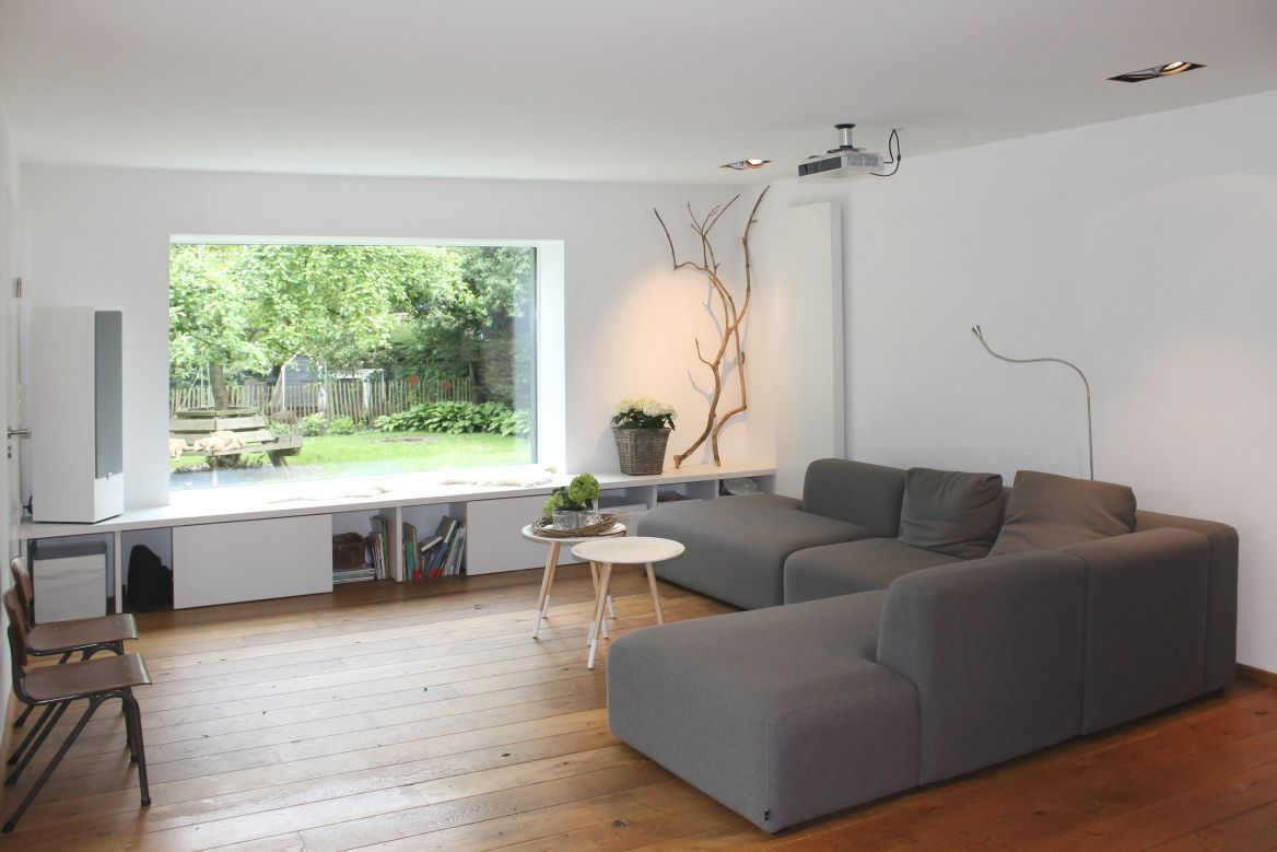 Das Panoramafenster rahmt die Landschaft wie ein Gemälde   Small living room, Home, Window seat ...