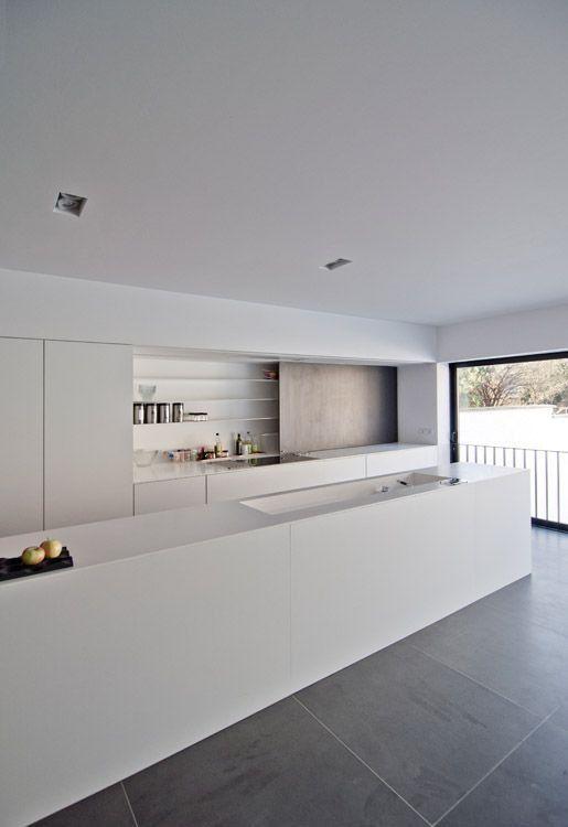 Weiße designer küche mit großen bodenfliesen anthrazit der dunkle boden setzt die küche toll in szene