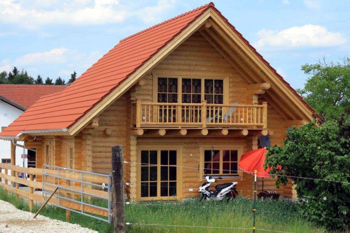 Ein Austragshaus In Blockbauweise Aus Rundholzern In 25 Cm Stammstarke Haus Blockhaus Style At Home
