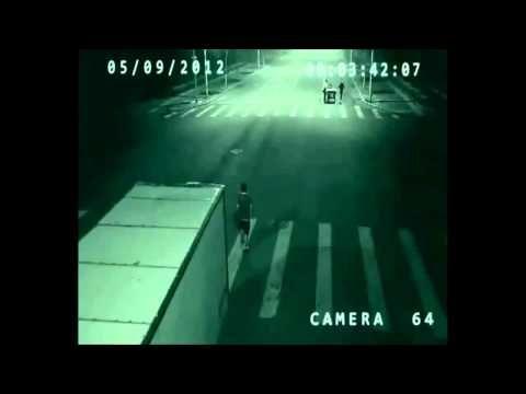 """O que se apresenta é uma filmagem de uma câmera de segurança de trânsito numa cidade não identificada da China. Um motociclista é salvo da morte pelo """"anjo"""" que o livra do choque com um camião. Numa fração de segundos,…"""