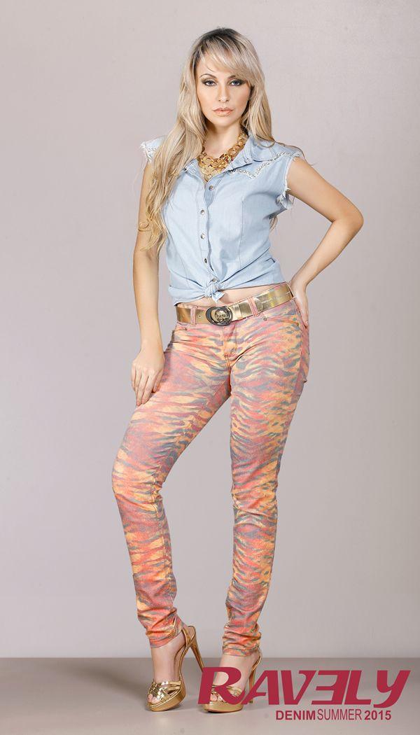 O universo tropical, sua leveza, estética e cores, foi fonte de inspiração para a coleção verão 2015 Ravely. Um denim que vai do escuro ao super claro com calças coloridas em tons leves e animal print dando o tom da coleção. #ravely #ravelysummer #estilo
