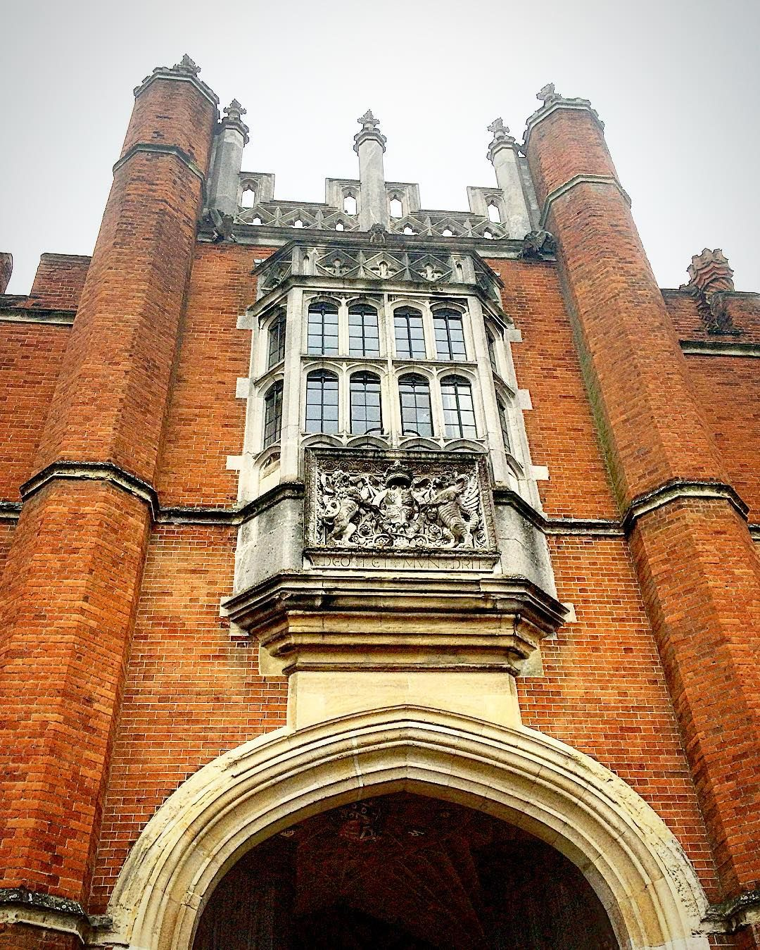 Gorgeous architecture. #royalview #hamptoncourtpalace #beautiful #MSULondon2016 #history #wonderful #architecture #architecturelovers #instaarchitecture #awesome #amazing #uk #england #europe #studyabroad by alishakempher