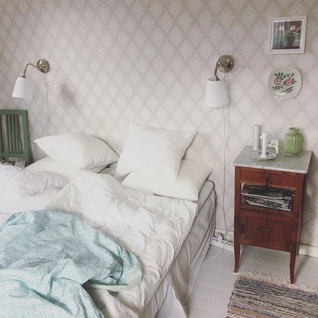Vårt sovrum i dalahuset. Älskar mitt sängbord som mamma fyndade ...