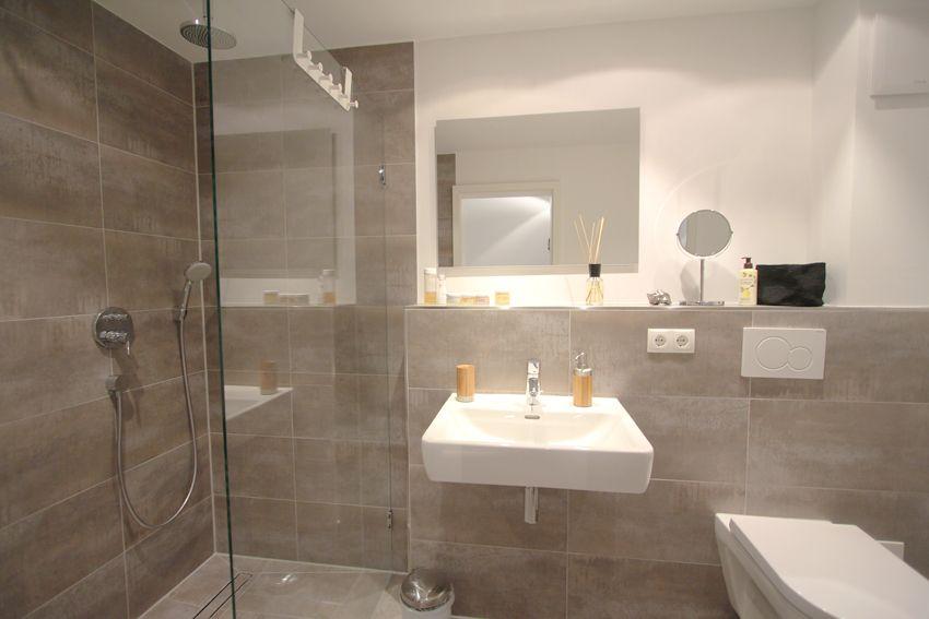 Stylisches Badezimmer in Betonoptik mit Raindance Dusche ...