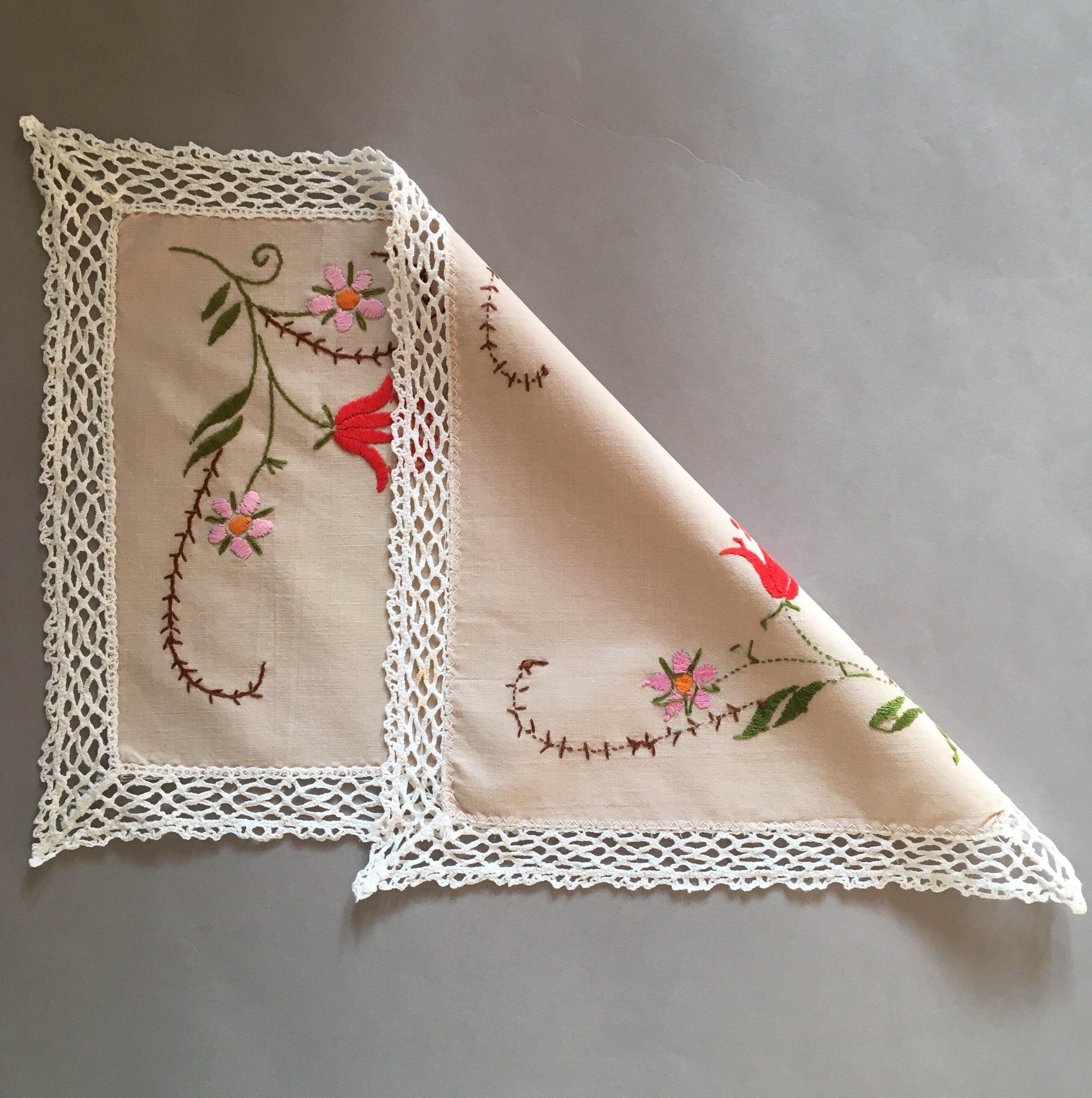Napperon brodé. Rouge broderie florale. Centre de table rectangulaire. Napperon fait main vintage. Shabby Chic. Vintage Français. Décor de Noël #decorationnoelfaitmain New In #etsy#EmbroideredDoily #RedFloral #Embroidery #Rectangular #Centerpiece #Vintage #Handmade #Doily #ShabbyChic #FrenchVintage #ChristmasDecor #etsyfr #vintageetsy #boho #hipster #latelierdenanah #homedecor #ideecadeau #giftideas #vintageshop #retro #antiques #decorationnoelfaitmain