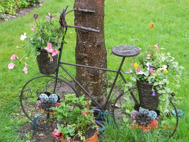 Upcycling bikes in the garden 14 ideas for bicycle for Spring garden ideas