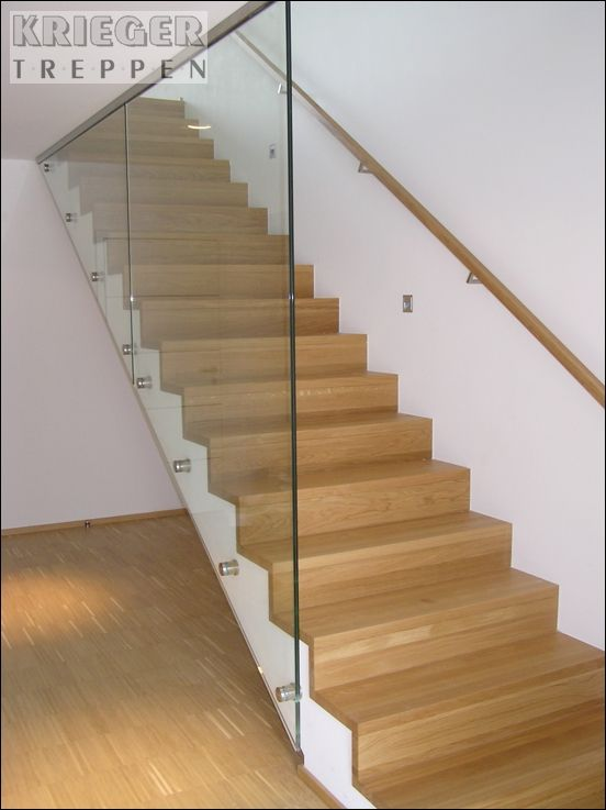 helle stufen glasgel nder diese betontreppe ist ein. Black Bedroom Furniture Sets. Home Design Ideas