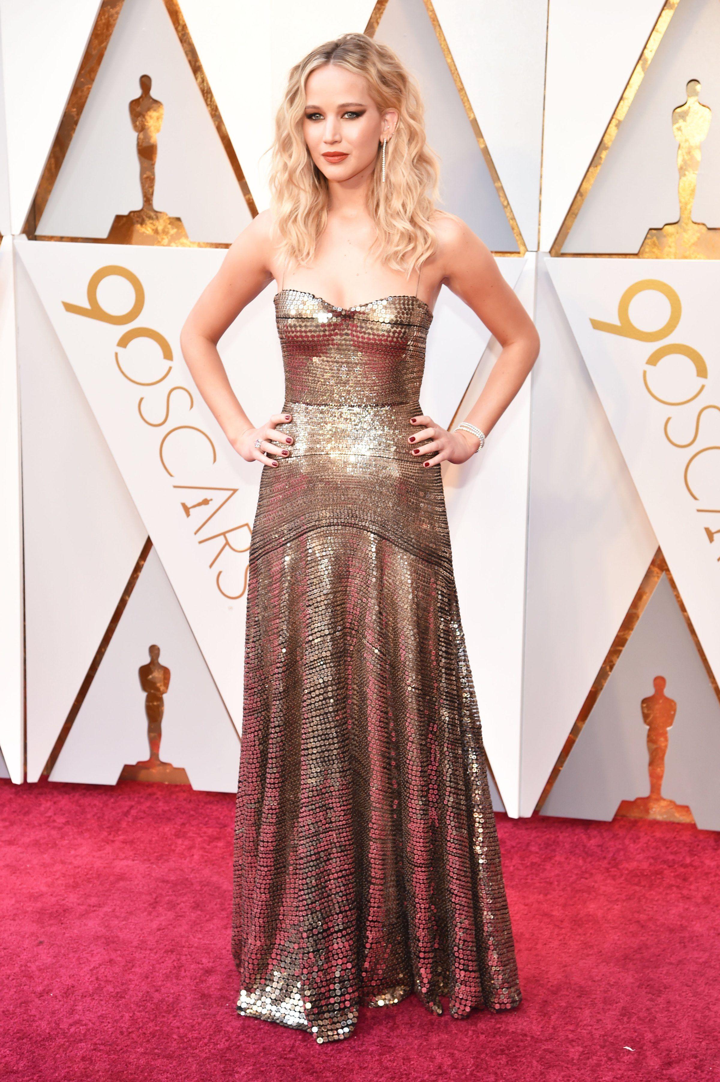 Jennifer Lawrence en robe de soirée dorée longue bustier coeur aux Oscars 2018