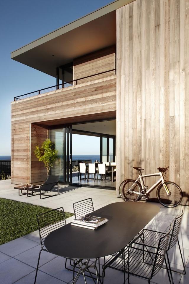 Terrasse Graue Fliesen Bodenbelag Metall Möbel Holz Haus Fassade