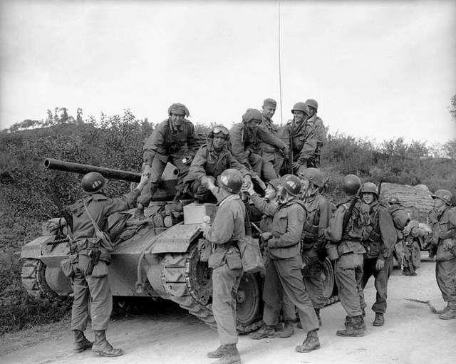 Division Tank Crewmen At Sukchon North Korea During The Korean War Many Troops Are On A M 24 Chaffey Light Tank Korean War War American Soldiers