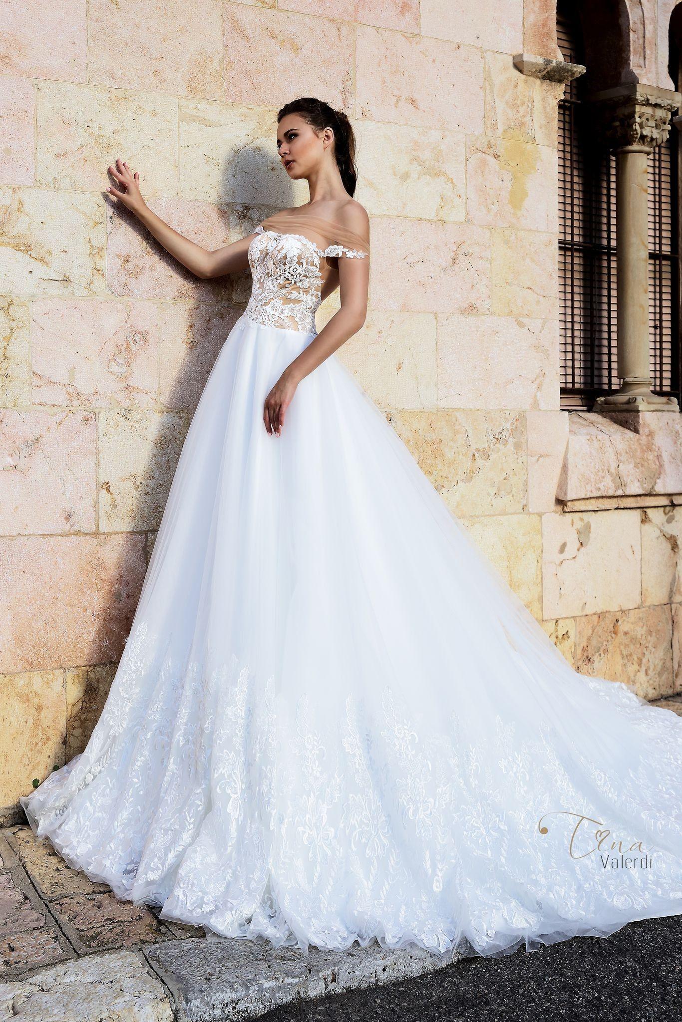 Krásne svadobné šaty s čipkovaným vrškom a širokou sukňou zdobenou