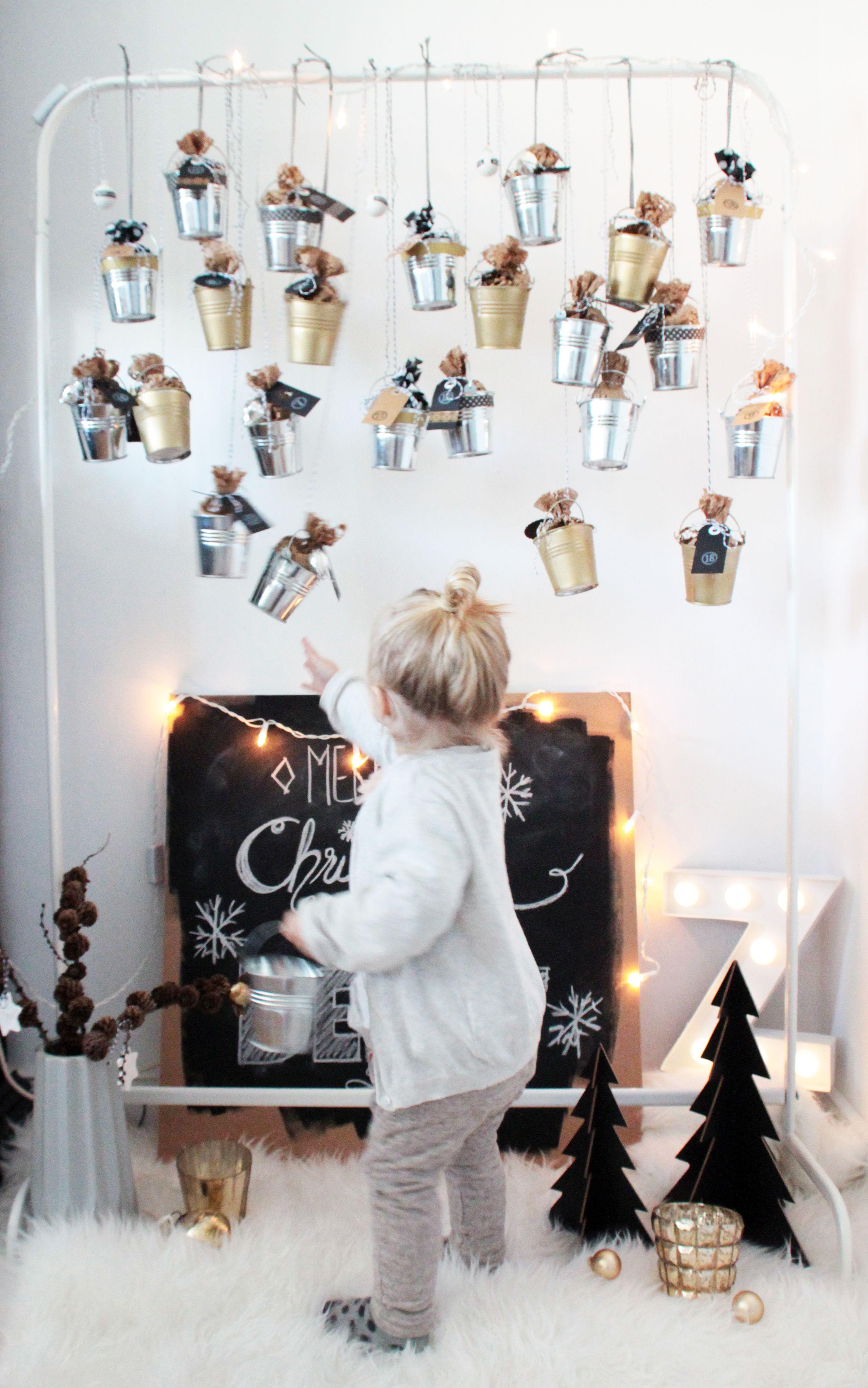 Ein Ruck-Zuck DIY #Adventskalender aus kleinen Blecheimerchen #diy #kidsadventcalendar #adventskranzideenkinder