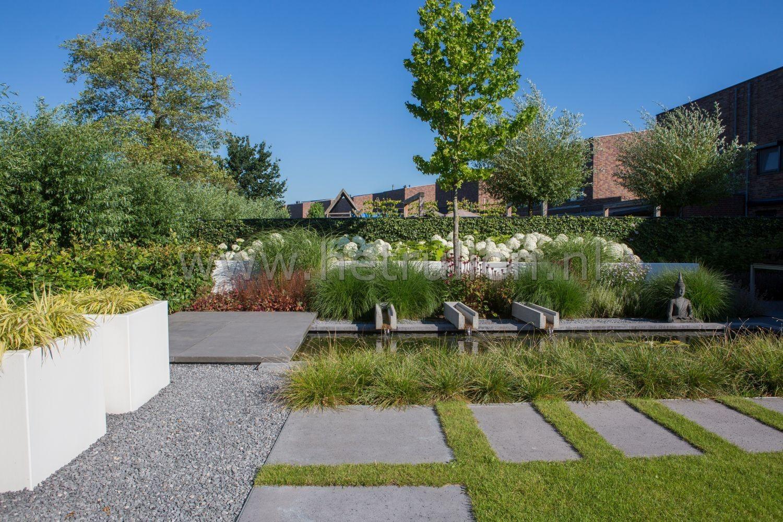 Tuin met gazon tuinvijver en bloeiende planten border tuinontwerp