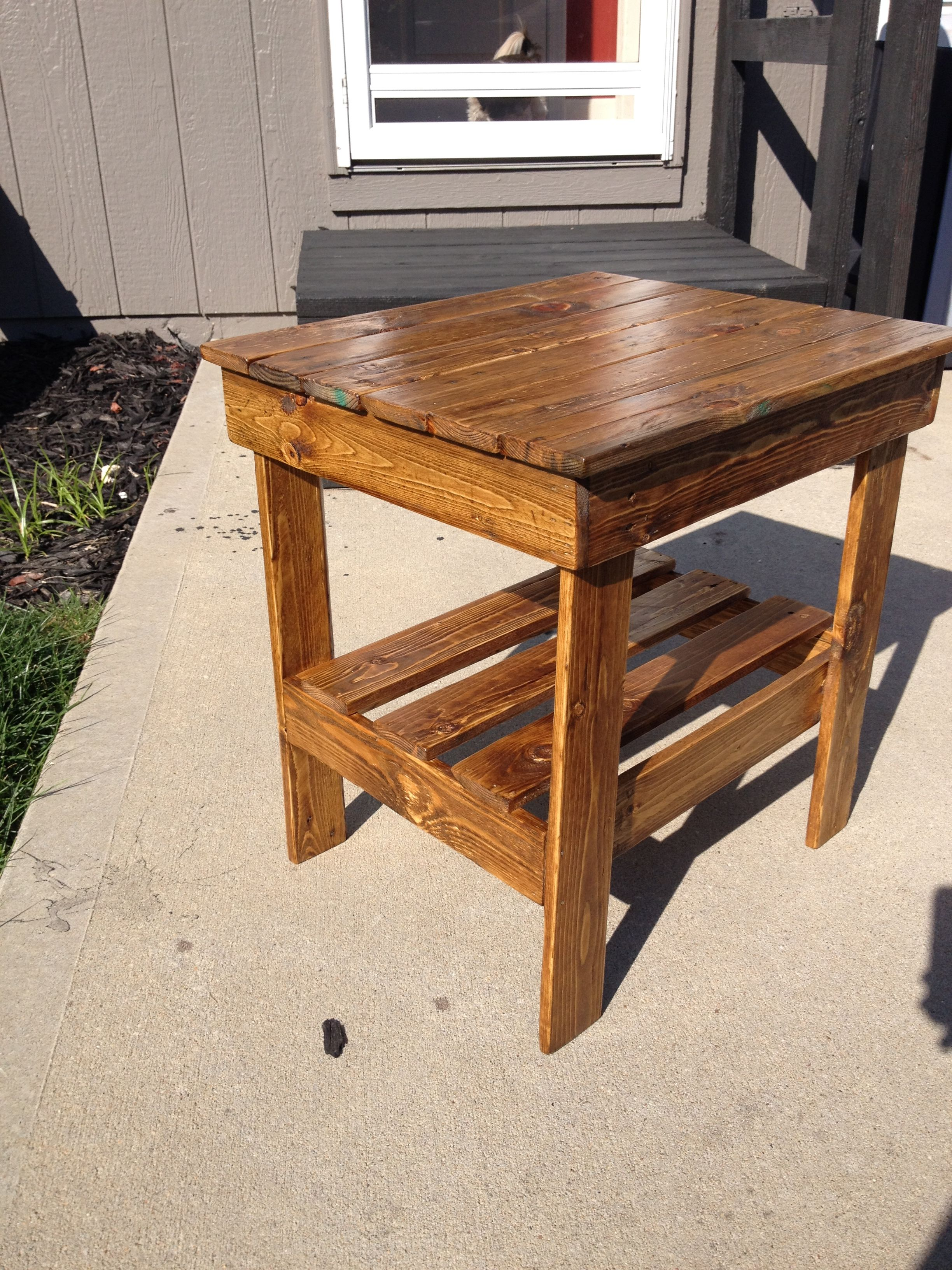 My First End Table Made Out Of Pallets Time To Make A Few More With A Few Modifications Pallet End Tables Make A Table Home Decor