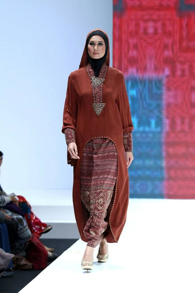 "Ida Royani ""West to East"", Indonesia Islamic Fashion Fair 2013"