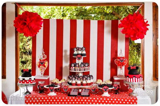 Minnie Mouse party heaven!!! So adorable!