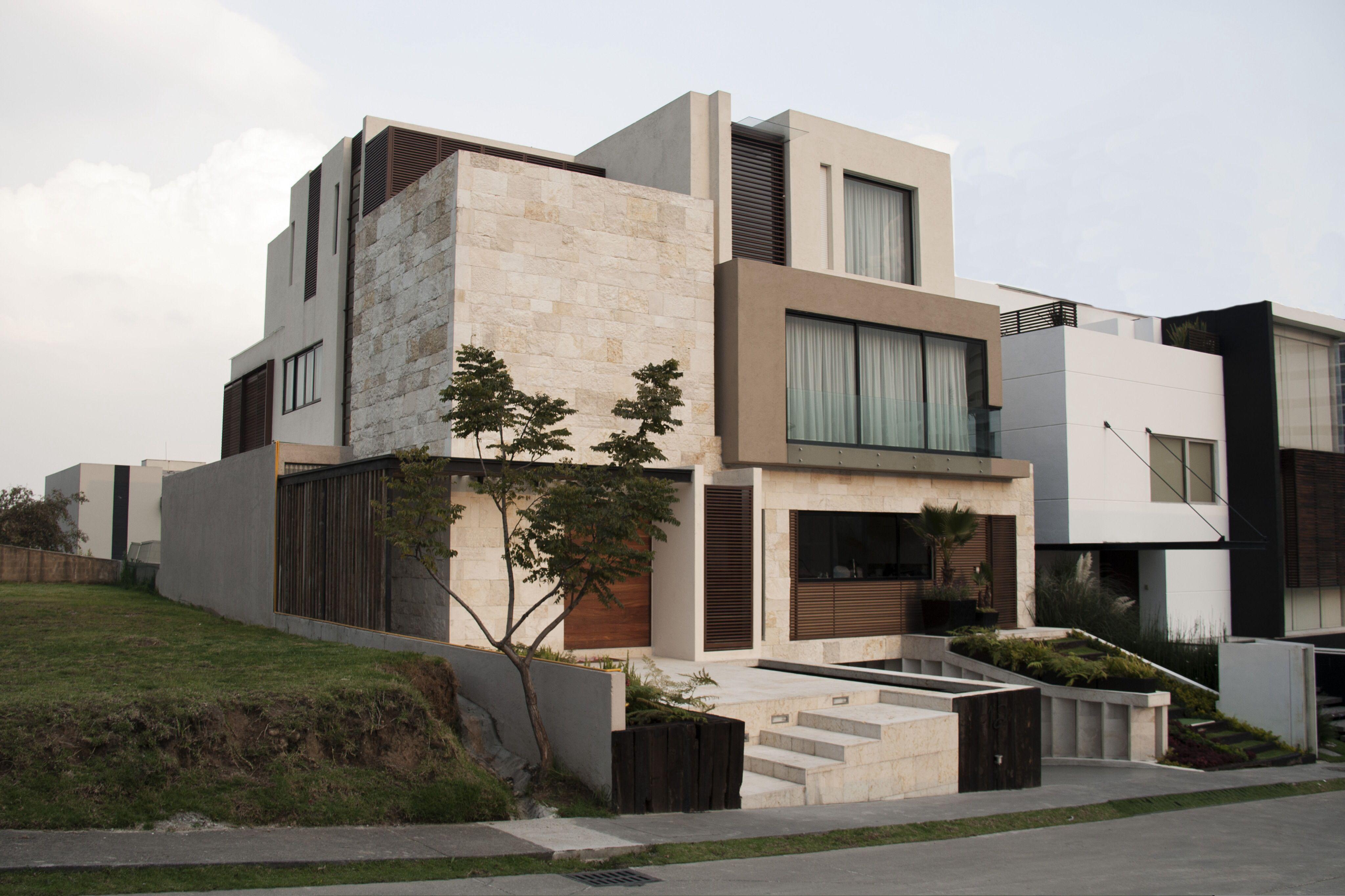 Casa ss fachada muros de piedra celosia de madera - Materiales fachadas modernas ...