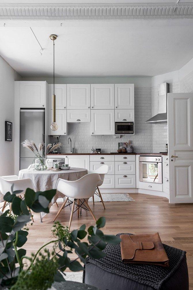 Alb, lemn și tapet într-o garsonieră de 44 m² | Kitchens | Pinterest