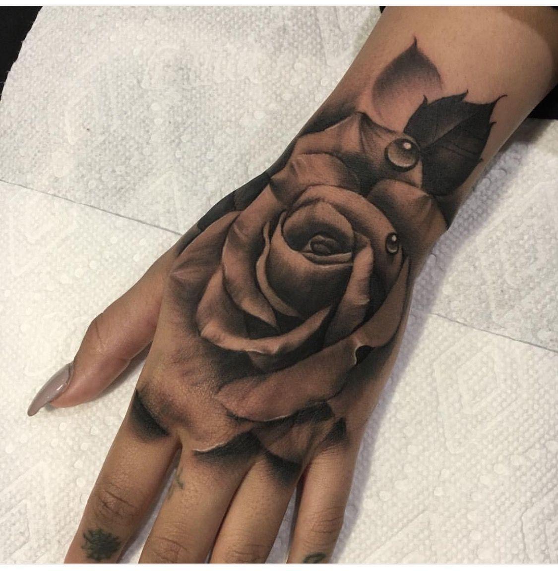 20 idee per tatuaggi a mano di donne famose che amano l'inchiostro | I AM & CO®