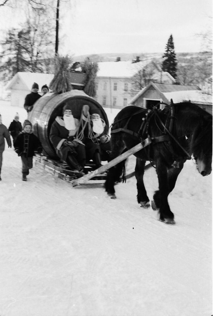 Her kommer et blogginnlegg fra «gamle dager» på 60-tallet da jeg vokste opp. Bildet er fra min fars fotoarkiv, og er tatt på Lillehammer en gang før jul i året 1966. Bildet viser byens …