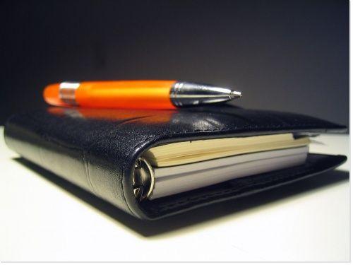 Un stylo posé sagement sur un joli carnet ! stylo - pen - carnet - orange - noir