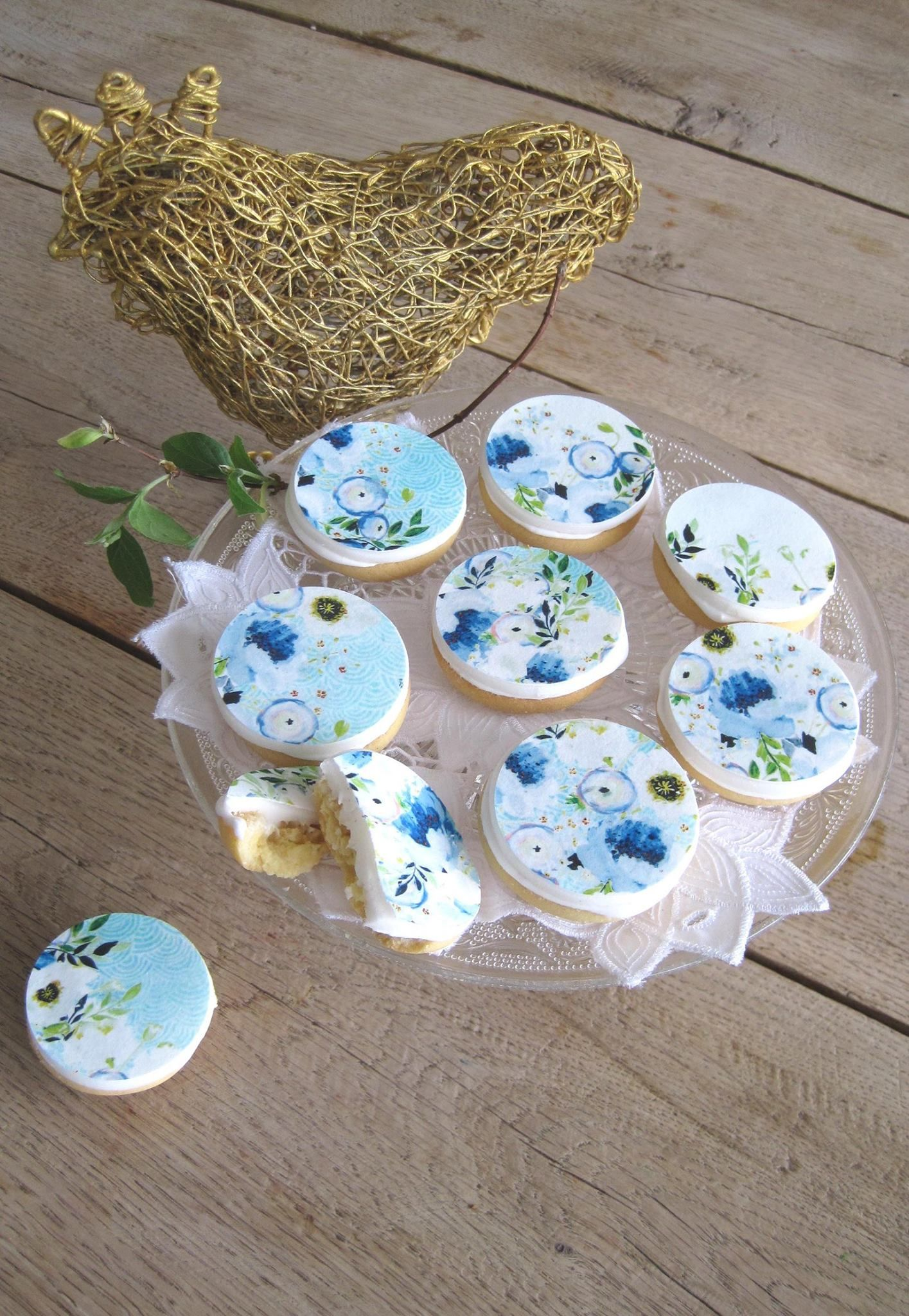 Blue flower cookies, so yummy and delicious by www.yavescakeink.de