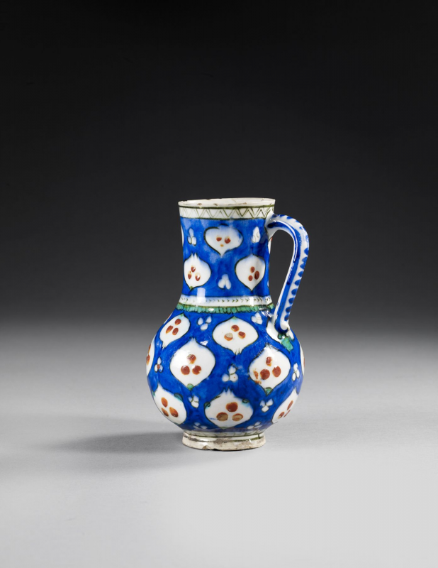 "PICHET "" CINTAMANI "" AUX GRENADES, IZNIK, VERS 1570  AN IZNIK POTTERY JUG PAINTED WITH POMEGRANATES AND "" CINTAMANI "" MOTIFS, CA.1570"