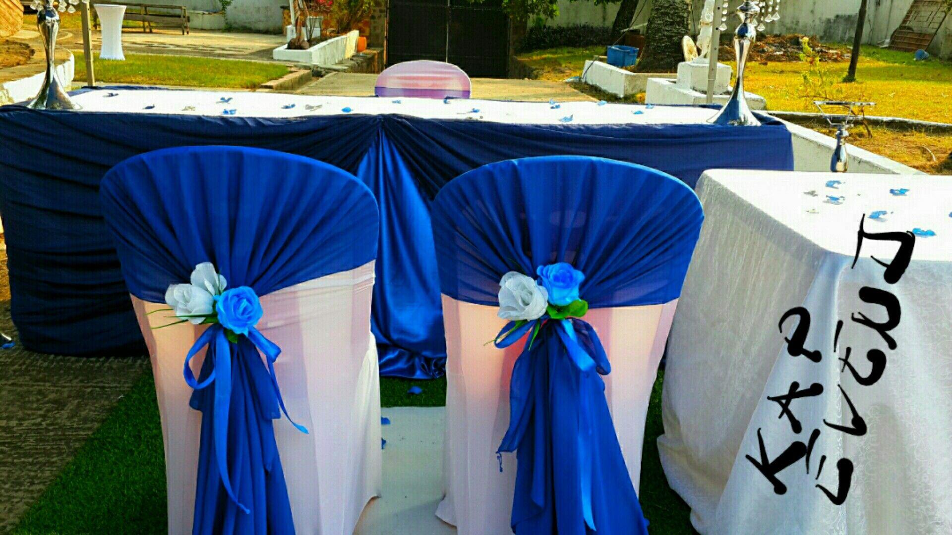 Chaises mariés en bleu royal.pour un civil. kapevents