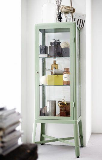 nahaufnahme von fabrik r vitrine in hellgr n ikea wohnzimmer mit stil pinterest ikea. Black Bedroom Furniture Sets. Home Design Ideas