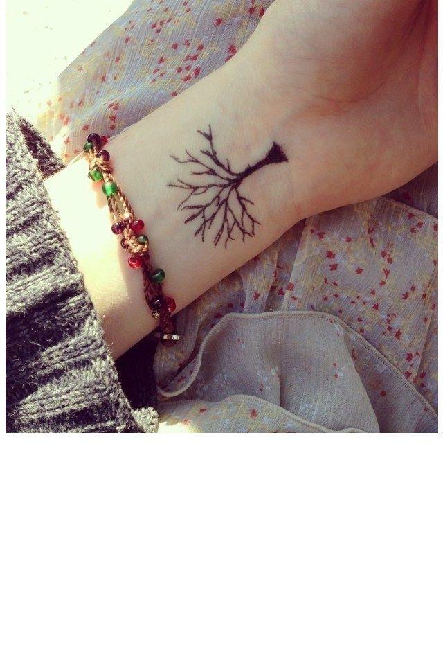 L Arbre Minimaliste Tatouages Tattoos Wrist Tattoos Et Tree