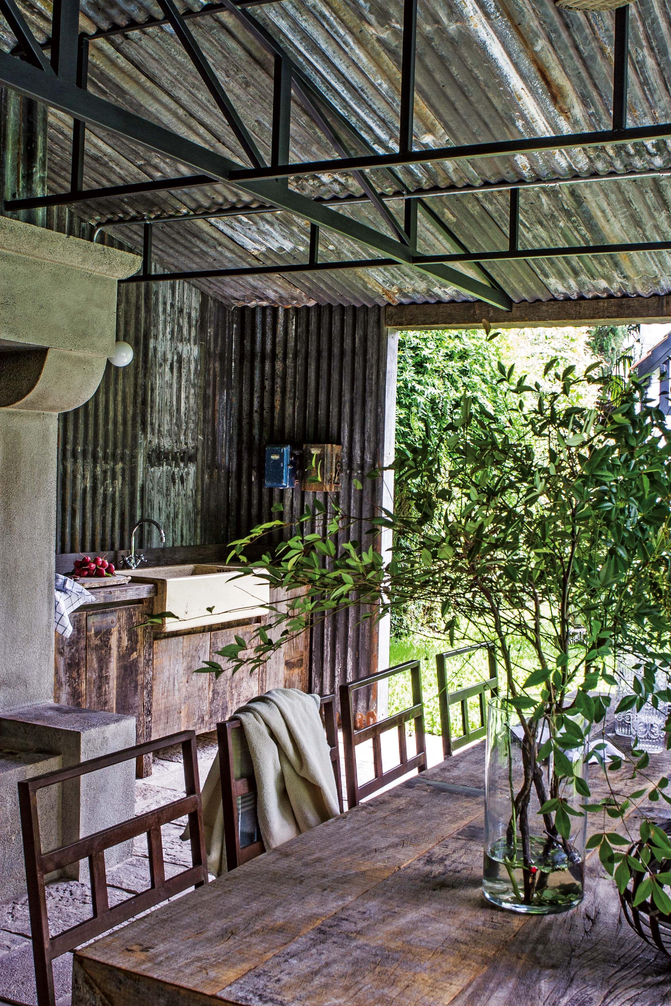 En el quincho rústico de esta casa se colocó una capa aislante entre ...