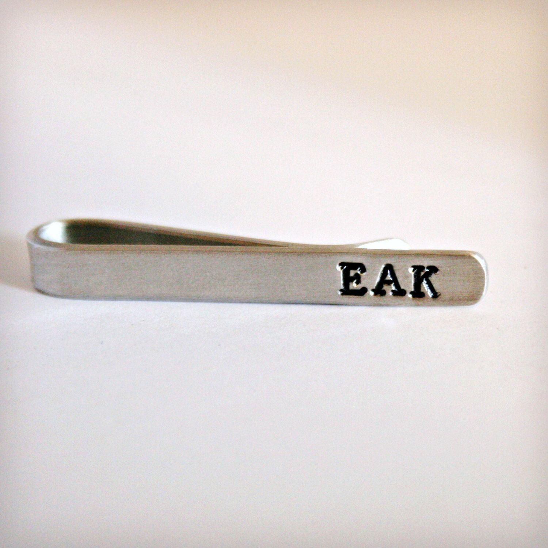 Tie Clip personalisierte Krawatte Bar-Tie Tack-Custom Hand gestempelt-Väter Day-Groom-Groomsmen-Birthday-Graduation-Wedding Party-Vater der Braut von hardweardesigns auf Etsy https://www.etsy.com/de/listing/129714671/tie-clip-personalisierte-krawatte-bar